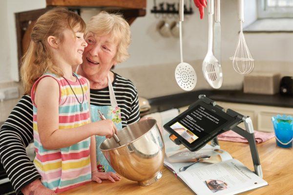 Connect 12 keittiössä isoäidin ja lapsen kanssa